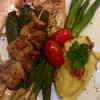 Schwertfisch mit Okra Schoten und Schweinefilet Spieß im Indochine